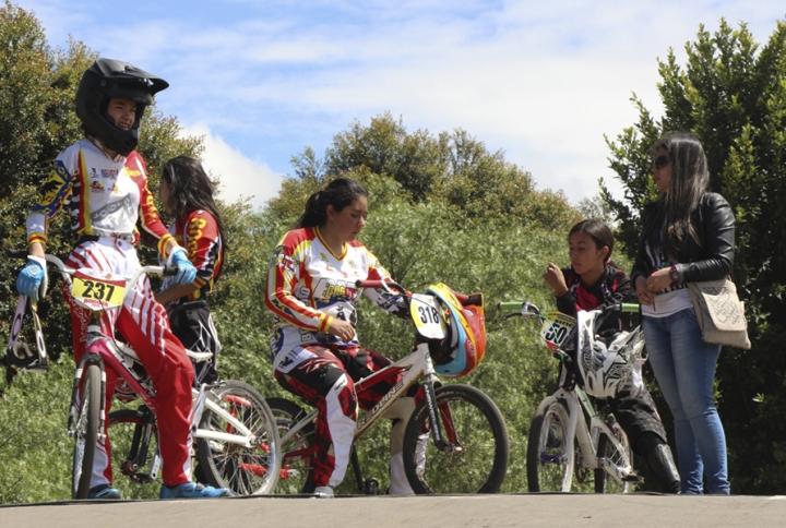 Grupo élite femenino 2015 se prepara para iniciar las carreras de cronometraje.