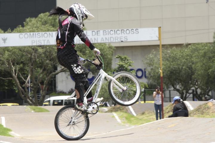 Las mujeres sobresalieron en la competencia por su rapidez y destreza. Este truco se llama manual, consiste en hacer equilibro con la bicicleta manteniendo la rueda delantera elevada. El peso del cuerpo se tira hacia atrás y se eleva el manillar.