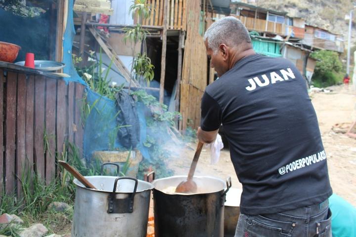La organización ofrece comida a familias desplazadas por la violencia en Colombia, que ante la falta de una vivienda digna han tenido que vivir en invasiones como Brisas del Volador, Alpes y La 14