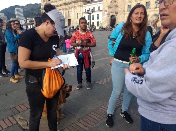 Ciudadana firmando el Derecho de Petición