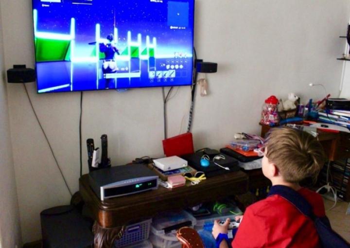 Para este menor los videojuegos hacen parte fundamental de su vida cotidiana al ser un vehículo de entretenimiento y de interacción