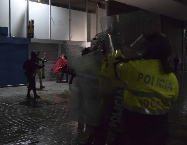 Miembros de la policía impiden el paso de las personas hacia la Plaza de Bolívar