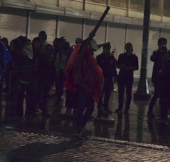 Los encapuchados cantaban arengas contra la policía