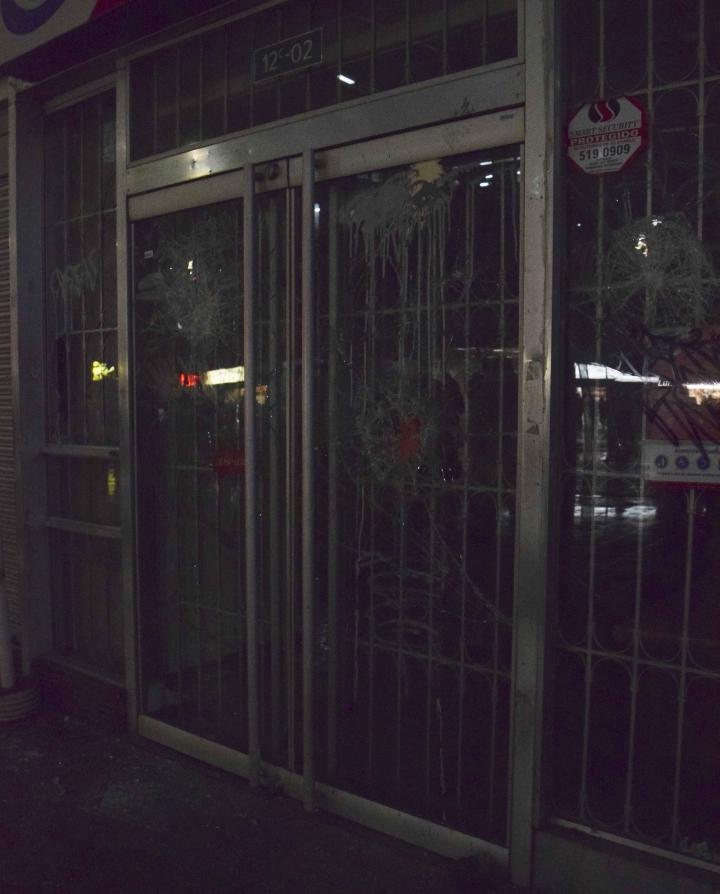 Así quedó uno de los bancos que fueron atacados por los manifestantes