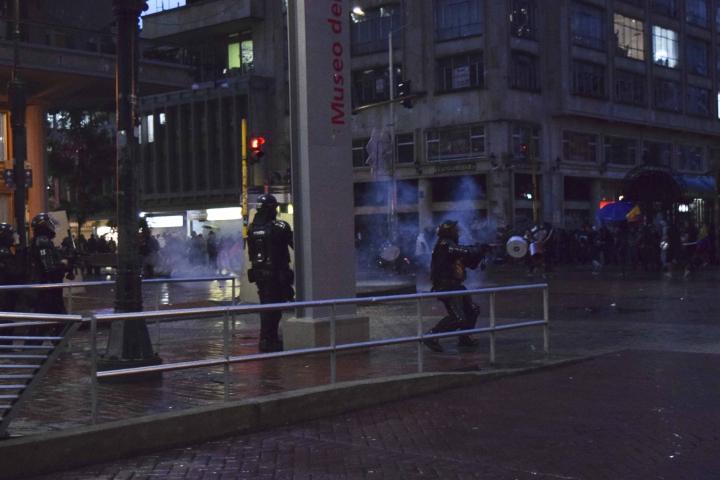 Los manifestantes se enfrentan contra los miembros de la fuerza pública