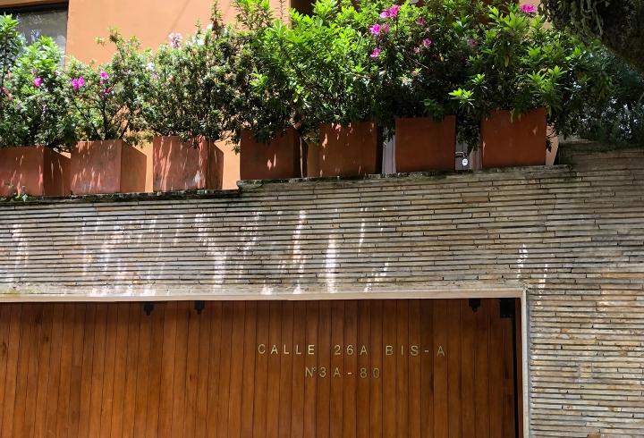 Fachada de casa y flores en calle 26ª