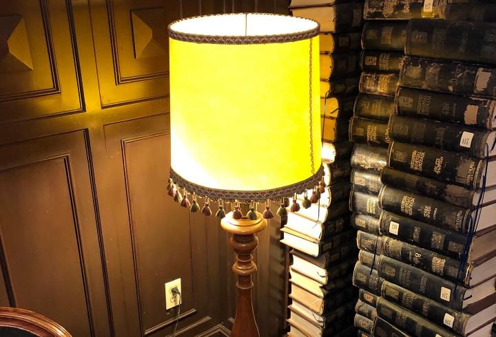 Lámpara en biblioteca Merlín, centro de la ciudad