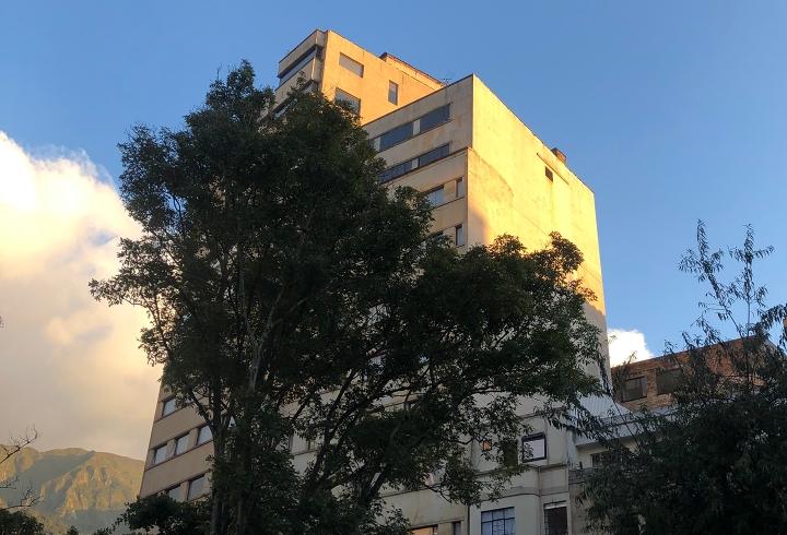 Edificio frente a la Av. Jimenez