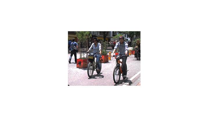 Ciclistas se movilizan por el carril 'Bici Séptima', muy cerca de la Plaza de Bolívar, en el centro de Bogotá.