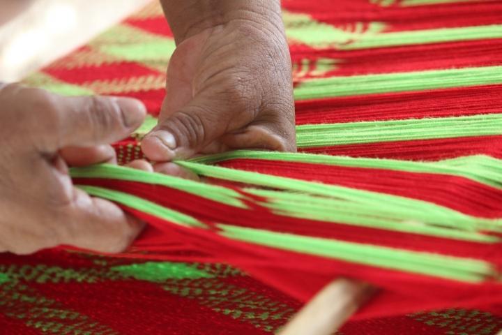 Matriarca de la Comunidad Laguna Grande tejiendo un chinchorro