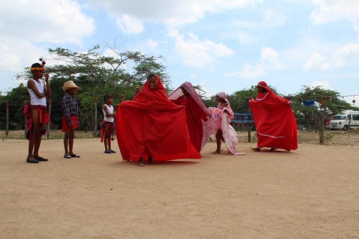 Niños de la comunidad indígena La Guasima realizando baile típico