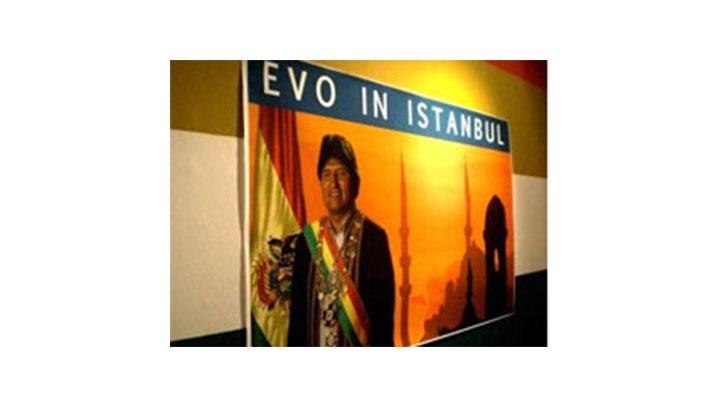 """Fotomontaje de presidente de Bolivia Evo, Morales, en Estambul. Parte de la coleccion 'Independencia, Revolucion y Narcochingadazo"""" por Pedro Lash y Miguel Rojas Zotelo"""