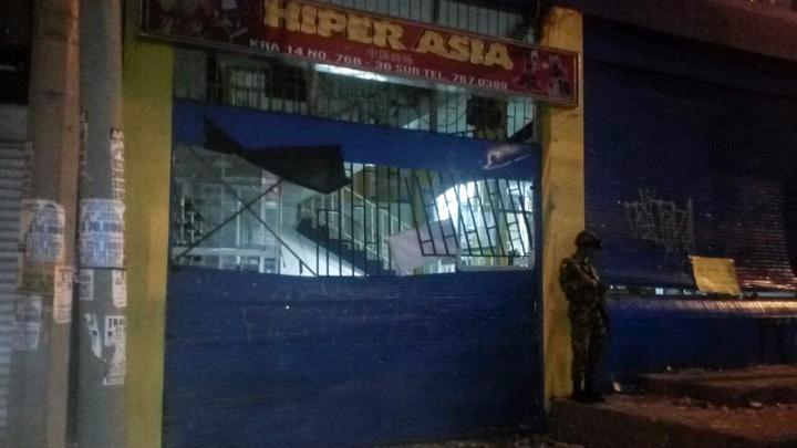 Fachada de Merkandrea e Hiper Asia, custodiados por la fuerza pública al 21 de febrero. Crédito fotografía: Dayana Contreras