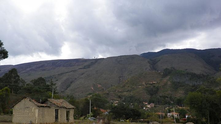 El incendio afectó  la parte superior del cerro, que está negra por las llamas