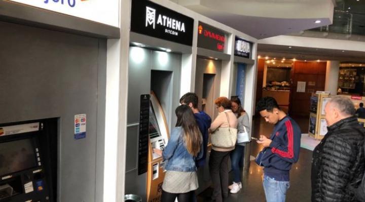 """Cajero automático de criptomonedas """"Athena"""" junto a cajeros tradicionales en Bogotá. Foto: Grupo Elite Premier"""