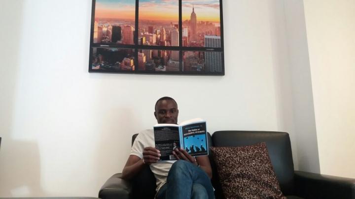 """Abou Kassoum y su libro """"The Habits of Succesful Students"""". Imagen cortesía de Kassoum"""