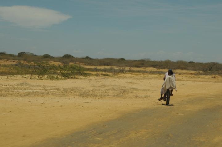 Pareja Wayuu en bicicleta