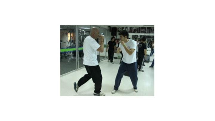 Jóvenes practicando Krav Maga en el Gimnasio La Colina.
