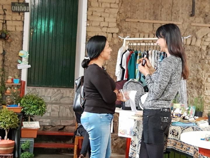 Noëlle Schonwald mostrando sus productos en la Expoferia de Mentes