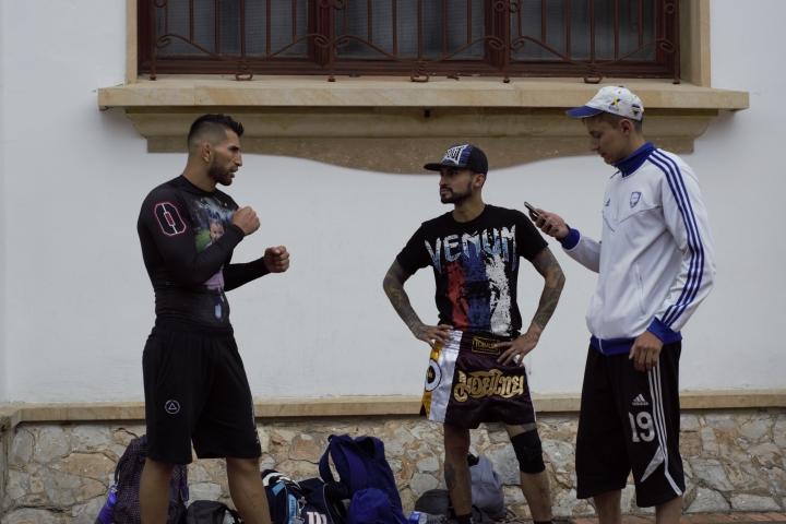 Alex Torres (izquierda) entrenando con otros dos peleadores.