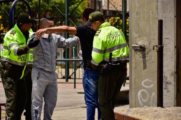 Miembros de la Policía Nacional requisando votantes. Foto: Nicolas Achury