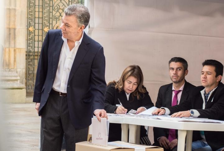 Juan Manuel Santos, presidente de Colombia, votando en la Plaza de Bolívar el 11 de marzo. Foto: Julián Ríos