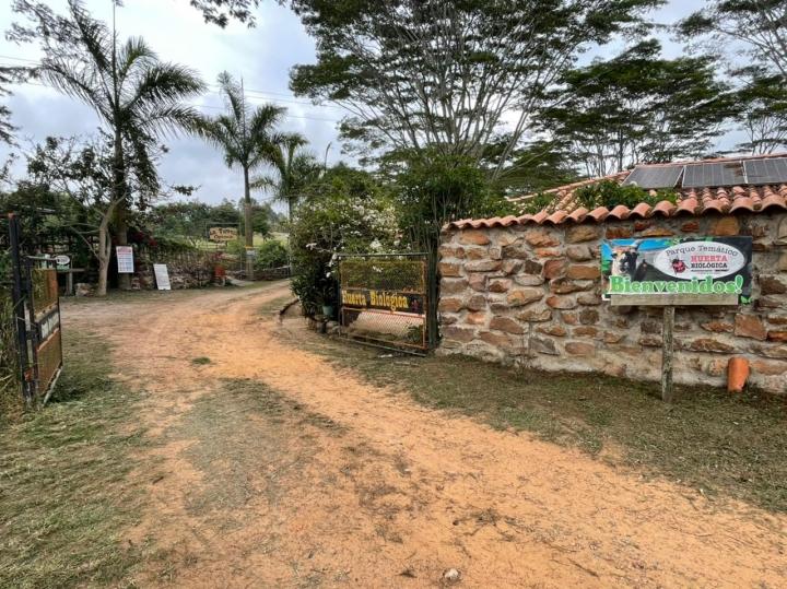 Entrada al Refugio de Fauna y Flora Huerta Biológica, en la Vía nueva Mesa de Los Santos - Piedecuesta, Santander.
