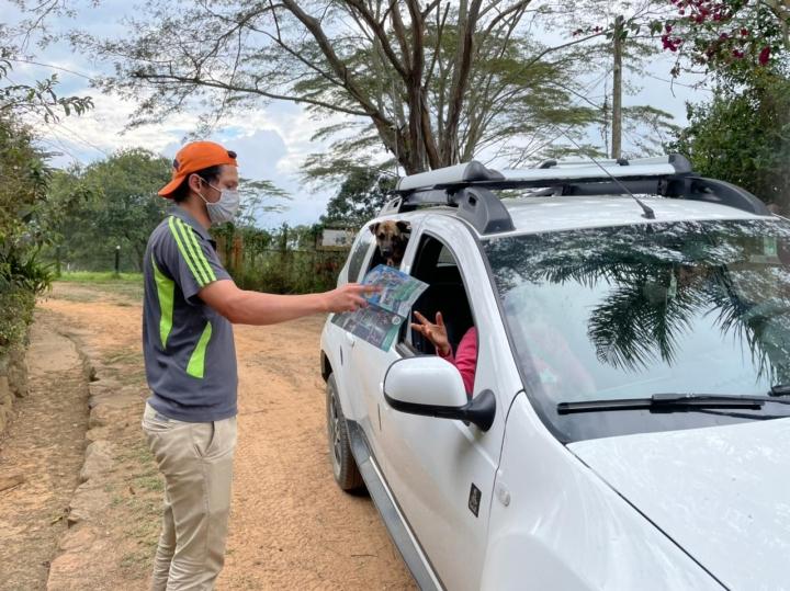 A la llegada del parque temático se encuentra Jairo Araque, quien tiene 20 años y es estudiante de Medicina Veterinaria, hace 6 años que trabaja en la Granja y amablemente recibe a los visitantes.