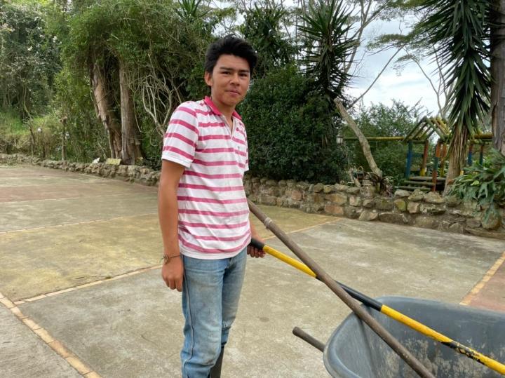 Jesús Rondón realiza el mantenimiento de los jardines. Tiene 21 años y lleva un año trabajando en la Huerta Biológica.