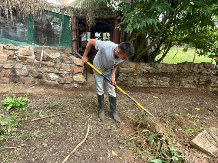 Con el rastrillo en la mano Luis Flórez Cabellero, de 21 años, se encarga del mantenimiento del invernadero. Hace 4 años y medio que trabaja en este refugio.