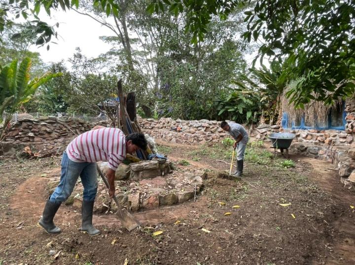 De izquierda a derecha se observan Jesús Alberto Rondón y Luis Flóres Cabellero. Ambos arreglan uno de los espacios de recreación, que corresponde a la fogata.