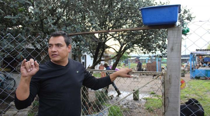 La Fundación Refugio Milagrinos está ubicada en la vía Suba-Cota, en Bogotá, y cuenta en su hogar con más de 130 perros, los cuales son rescatados en su mayoría de la localidad de Ciudad Bolívar. En la imagen Alejandro Garzón, uno de los fundadores de Milagrinos.
