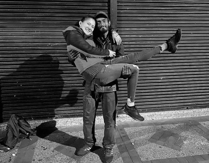 Jacqui Hernández junto a su amigo  William Páez habitante de calle