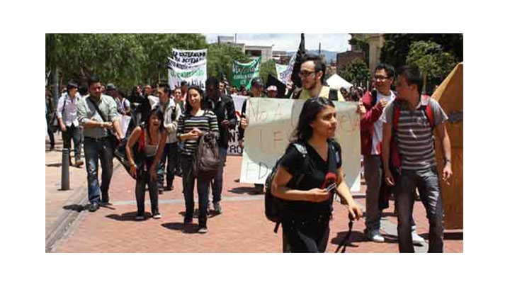Foto del día: Pupitrazo y bloqueo artístico contra el Plan Nacional de Desarrollo y la Reforma a la Ley 30