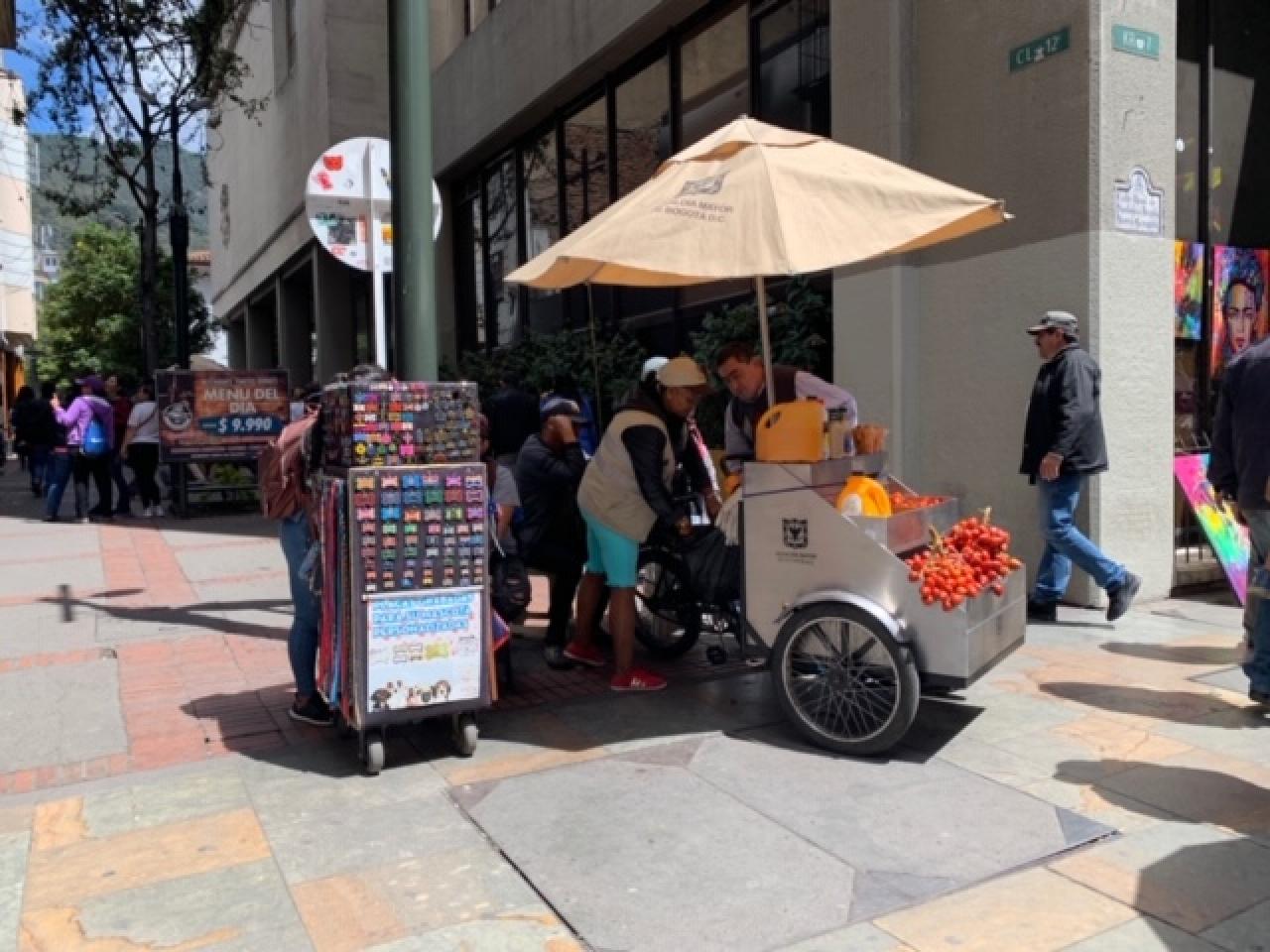 Con nuevo mobiliario, los vendedores ambulantes buscan organizar el espacio público