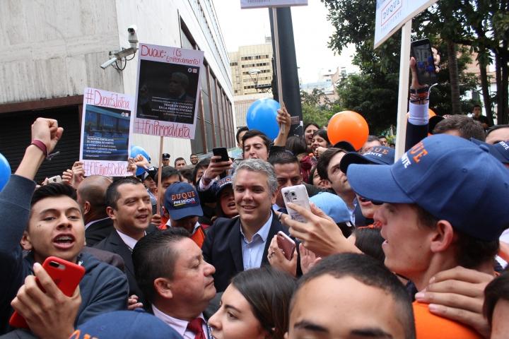 Candidato Iván Duque acompañado de las juventudes del Centro Democrático