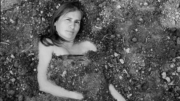 Jacqueline Castillo en el lente de Carlos Saavedra, como parte de la exposición Madres Terra. Tomada de la cuenta de Twitter @MAFAPOBOGOTA