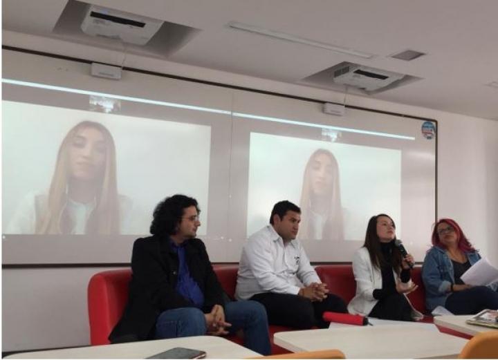 De izquierda a derecha: En la pantalla Carolina Castillo, en el sofá: Leandro Peñaranda, Leopoldo Díaz Granados, Paola Pérez, Alejandra Bonilla.