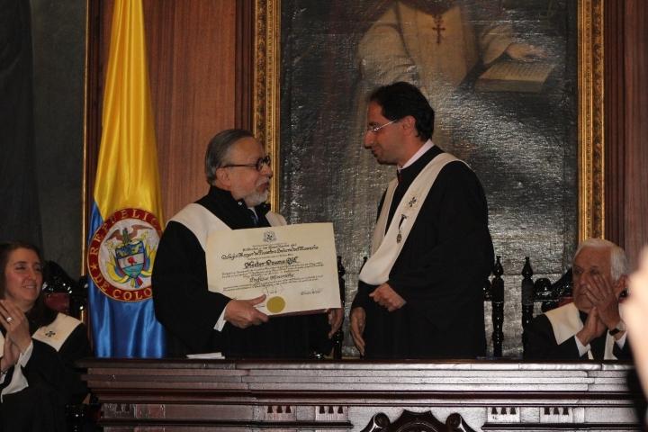 Osuna recibiendo su título de manos del rector de la Universidad del Rosario. Foto: Santiago Buenaventura