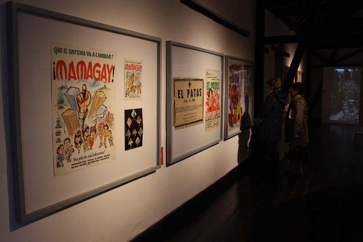 Espectadores mirando los pósters del Patrimonio Fílmico