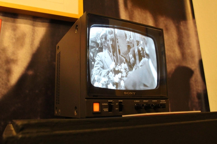 Televisor proyectando el largometraje La Tragedia del Silencio